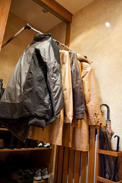 Pantografy z podnośnikami gazowymi ułatwiają dostęp do wysoko zawieszonych ubrań i pozwalają na pełne wykorzystanie przestrzeni w szafie