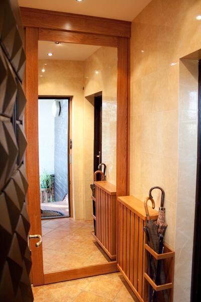 Dębowa szafa wnękowa z wbudowanymi lustrami