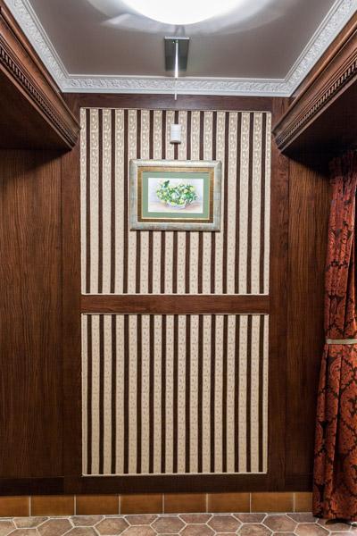 Dębowa zabudowa ścian korytarza