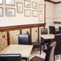 Dębowe meble i wykończenia kawiarni