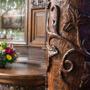 Rzeźbione meble i wykończenie restauracji