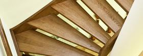 Schody na konstrukcji drewnianej o wangach pełnych